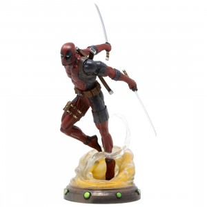 Diamond Select Toys Marvel Gallery Deadpool 9 Inch PVC Figure (red)