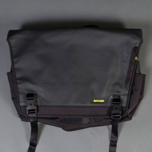 Incase Range Messenger Bag - Large (black / lumen)